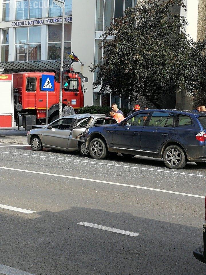 Accident pe strada Avram Iancu din Cluj. Un șofer a lovit în plin două mașini oprite la semafor FOTO