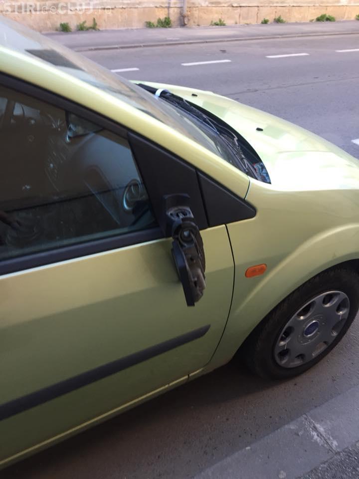 Atenție unde îți parchezi mașina! Mai mulți clujeni s-au trezit cu oglinzile rupte de un huligan FOTO