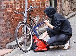 Hoți prinși în flagrant! Doi tineri au ajuns pe mâna polițiștilor după ce au încercat să fure o bicicletă din centrul Clujului