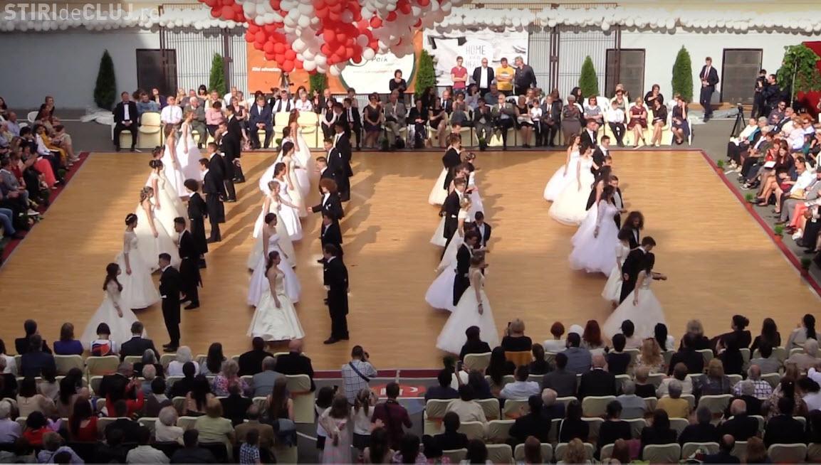 Balul majoratului după tradiția austro-ungară, la Liceul Unitarian János Zsigmond din Cluj - VIDEO