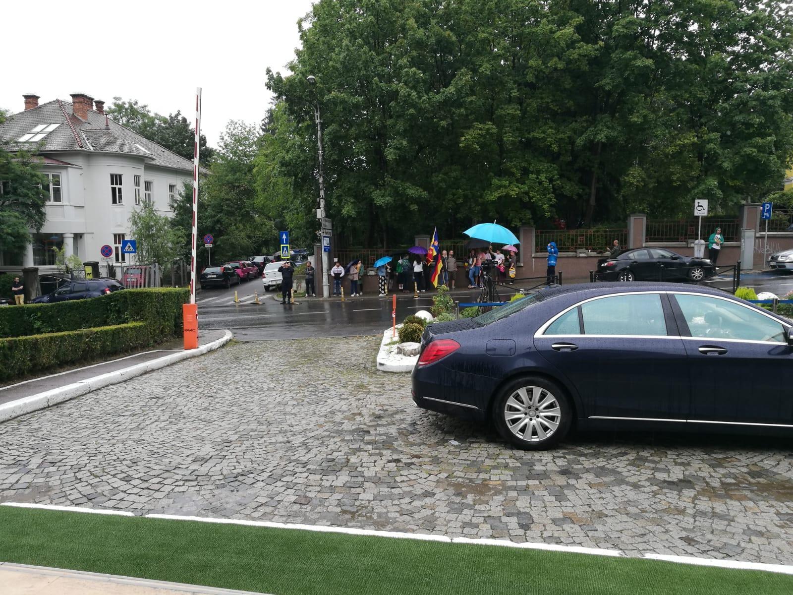 Iohannis susținut la Cluj de protestatarii #rezist