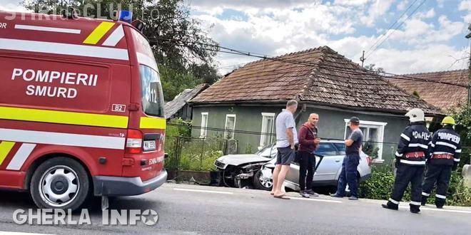 CLUJ: Un șofer a fost rănit după ce i-a explodat un cauciuc de la mașină. S-a oprit într-un stâlp FOTO