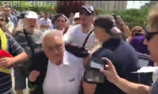 Un protestatar l-a îmbrâncit pe Nicolae Bacalbașa - VIDEO