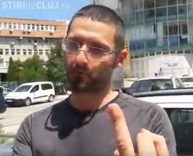 """Clujean amendat pentru că i-a arătat """"degetul mijlociu"""" lui Tăriceanu: Mai bine îl scuipam de banii ăia - VIDEO"""