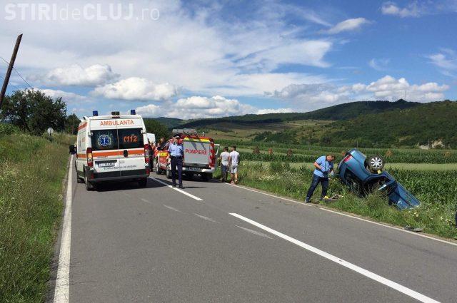 CLUJ: Trei persoane au ajuns la spital în urma unui accident grav! O șoferiță a lovit un cap de pod și s-a răsturnat cu mașina FOTO