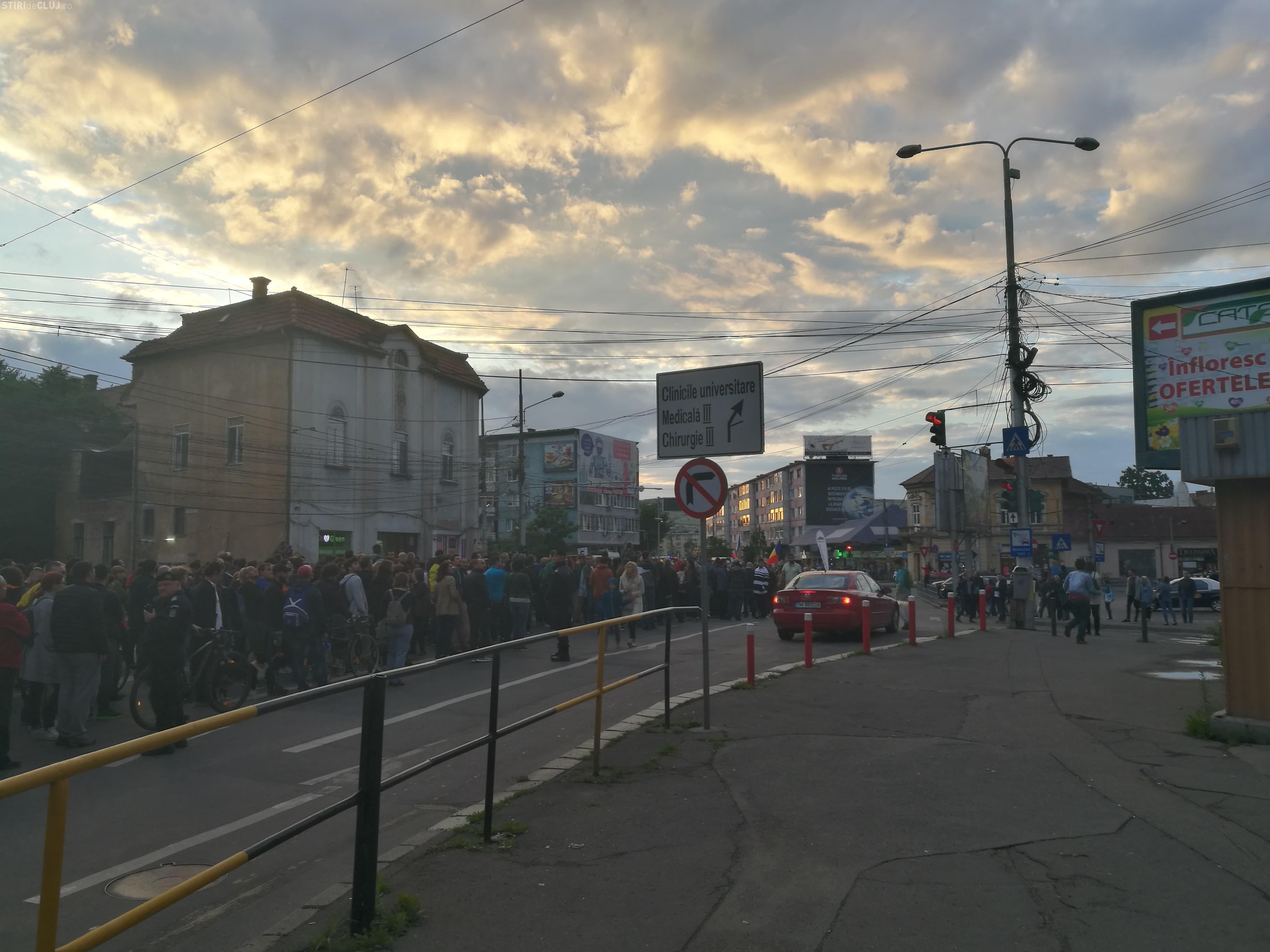 """Aproape 10.000 de clujeni au ieșit în stradă, duminică seară: """"Nu plecăm până nu suntem ascultați!"""" FOTO/VIDEO"""