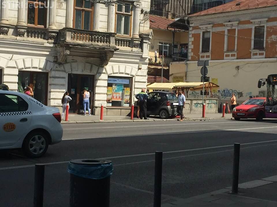 Accident inexplicabil la Cluj. O șoferiță a lovit o clădire pe Regele Ferdinand - FOTO