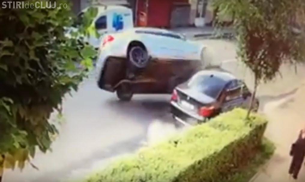 Accident spectaculos în jud. Cluj! Mercedes răsturnat după ce a lovit o mașina parcată
