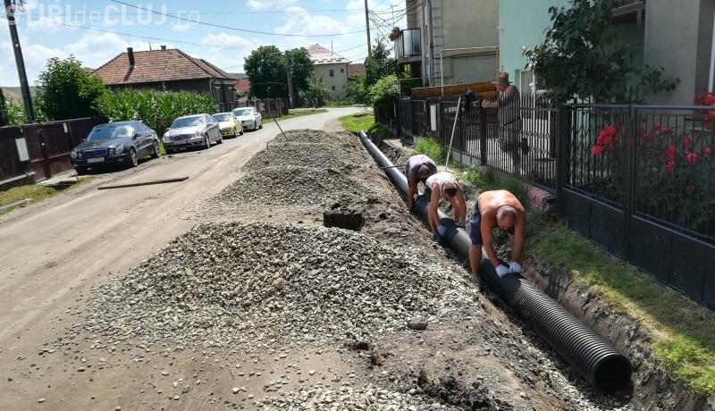 Clujeanul e om harnic! Oamenii din Apahida își fac canalizare pluvială pe banii lor