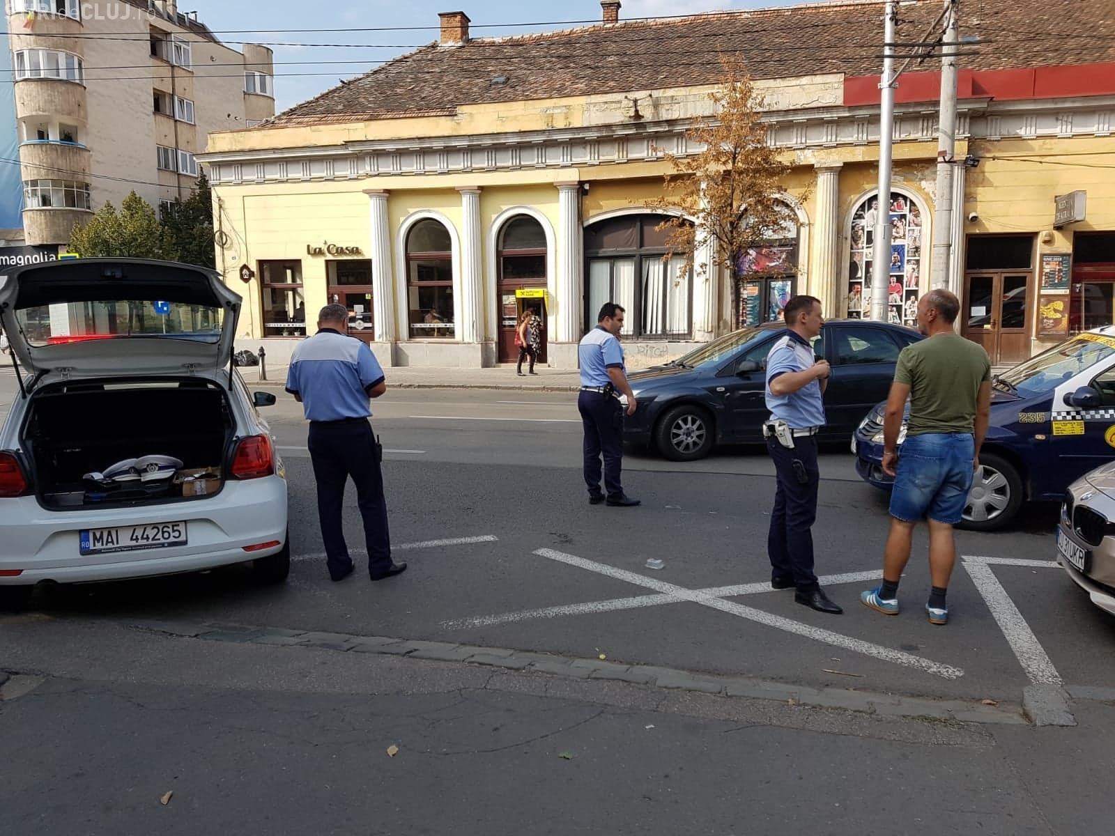 Biciclist lovit de un taxi lângă Teatrul din Cluj. A fugit de 2 ori, fiind fugărit de taximetrist - VIDEO EXCLUSIV