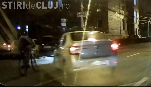Cluj: Șofer certat cu logica. Era să lovească un biciclist - VIDEO