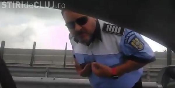 """""""Scandal"""" între un polițist și un protestatar #Rezist. Polițistul susține că i-a făcut semne obscene, apoi i-a pozat buletinul cu telefonul personal VIDEO"""