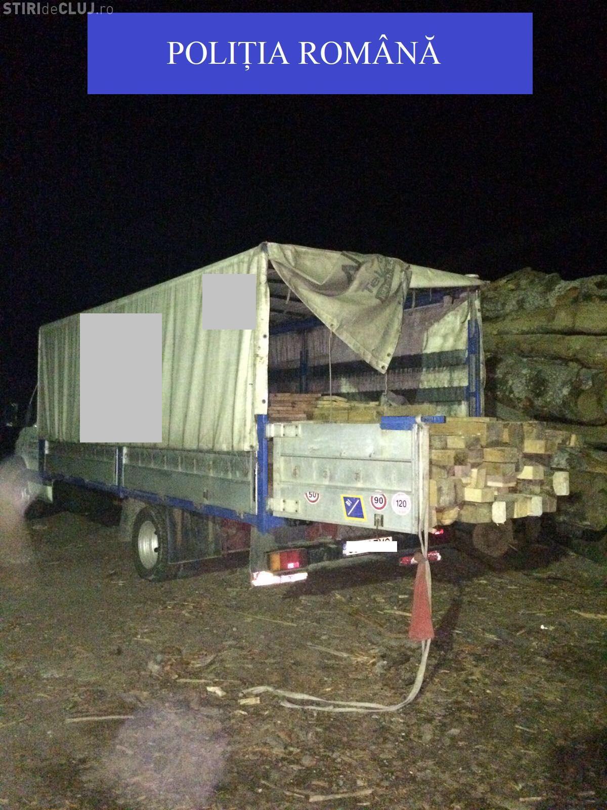Două camioane, pline cu lemne furate, confiscate de polițiștii clujeni FOTO