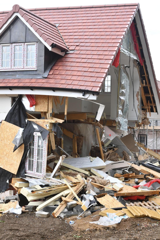 Un român neplătit în Anglia a demolat mai multe case - FOTO