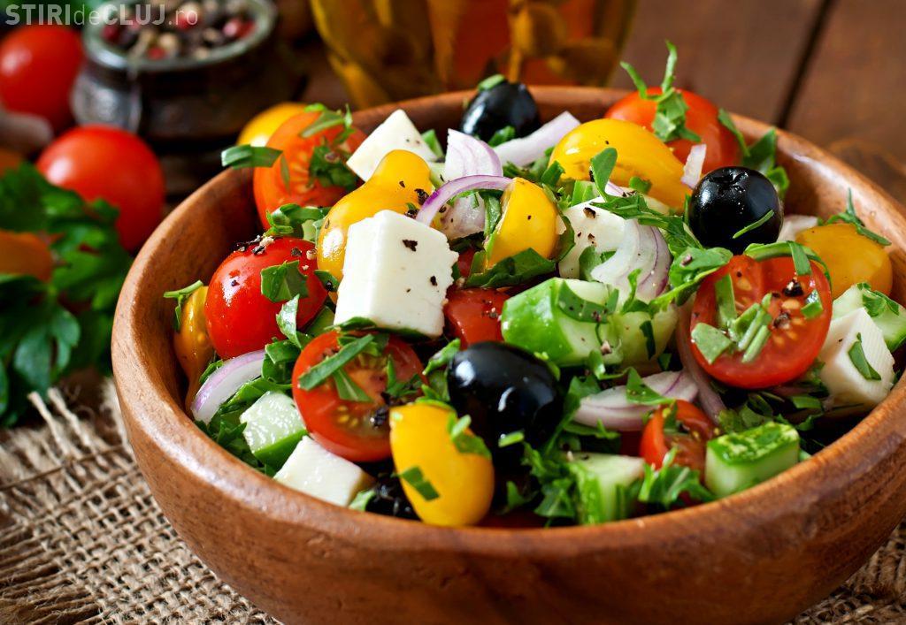Salata îngraşă: Poftele se fac la prânz