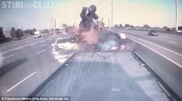 Cum au supraviețuit? A izbit frontal o mașină avariată, dar toate persoane au scăpat - VIDEO