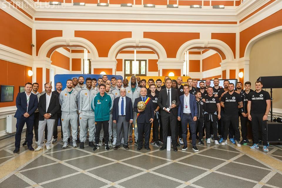 Echipele de baschet U-BT și Panathinaikos BC, premiate de autoritățile locale înainte de amicalul de la Cluj FOTO