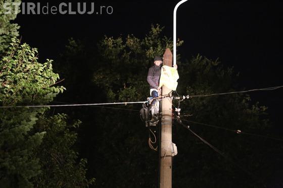 Protest la Palatul Cotroceni. Un bărbat stă de ore în șir cățărat pe un stâlp FOTO