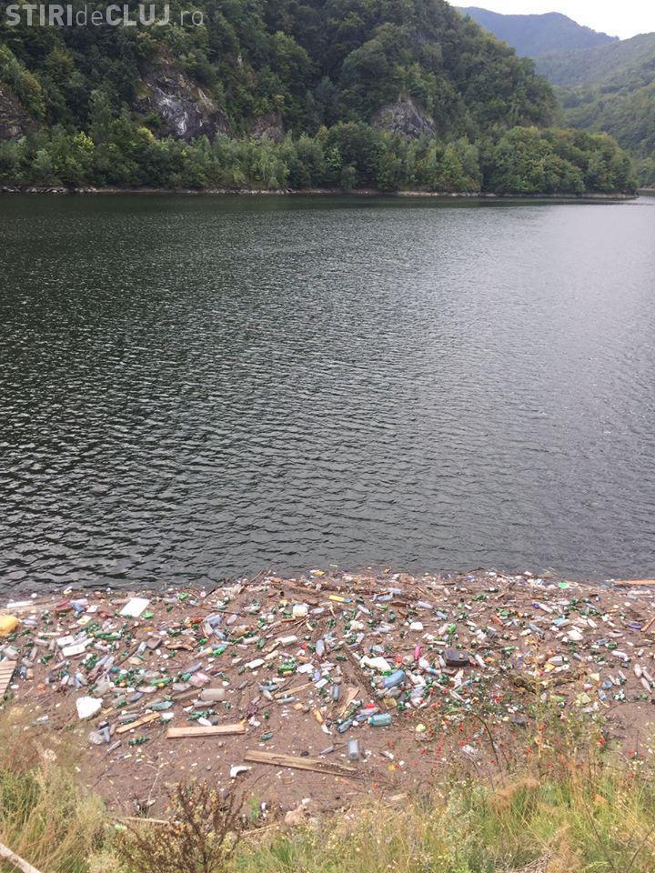 Lacul Tarnița plin de gunoaie. Câte Like -uri făcea poza dacă era o tânără cu spatele gol? - FOTO