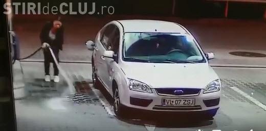 Șoferița nu reușește să alimenteze mașina cu benzină - VIDEO