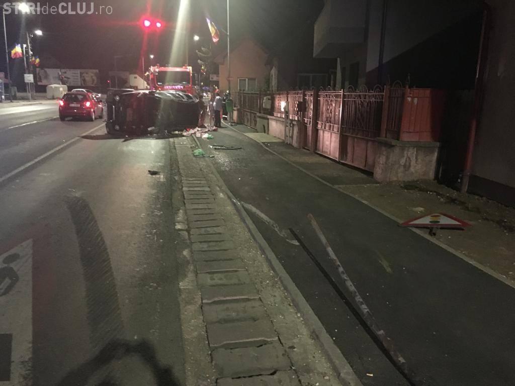 """Mașină răsturnată în Florești. A ieșit pe trotuar și a """"măturat"""" tot în cale - FOTO"""