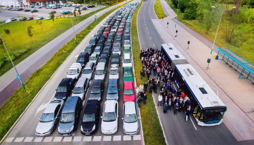 """Câte mașini poate """"înghiți"""" un autobuz Solaris. De asta soluția este transportul în comun!"""