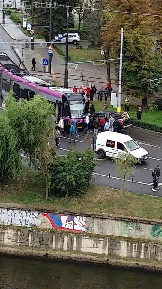 Al treilea accident în aceeași zi, pe strada Splaiul Independenței! Un șofer a intrat cu mașina în tramvai FOTO