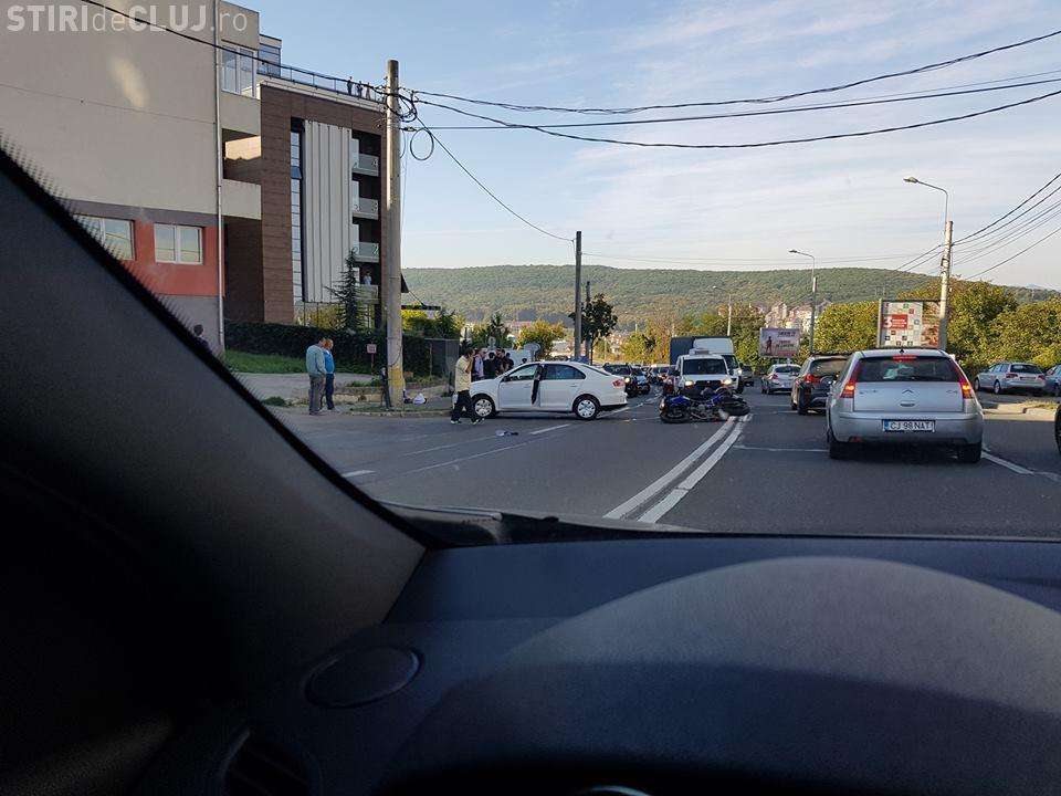 VIDEO LIVE: Un motociclist a intrat GLONȚ într-un autoturism. Cine a fost vinovat - VIDEO