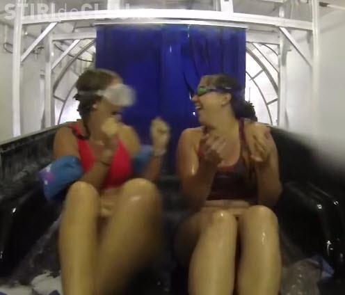 Două fete au trecut printr-o spălătorie auto, în remorca unui autoturism - VIDEO