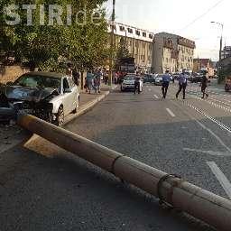 Stâlp rupt pe strada Oașului de un șofer vitezoman - FOTO