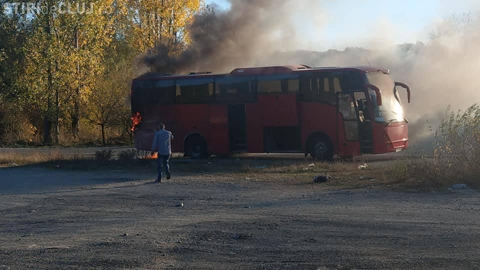 Autocar în flăcări pe un drum din Cluj FOTO