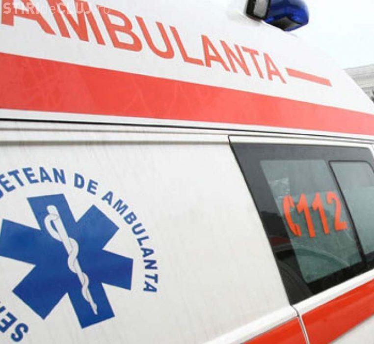 CLUJ: O șoferiță neatentă a ajuns la spital după ce a cauzat un accident. A intrat cu mașina într-un gard de beton