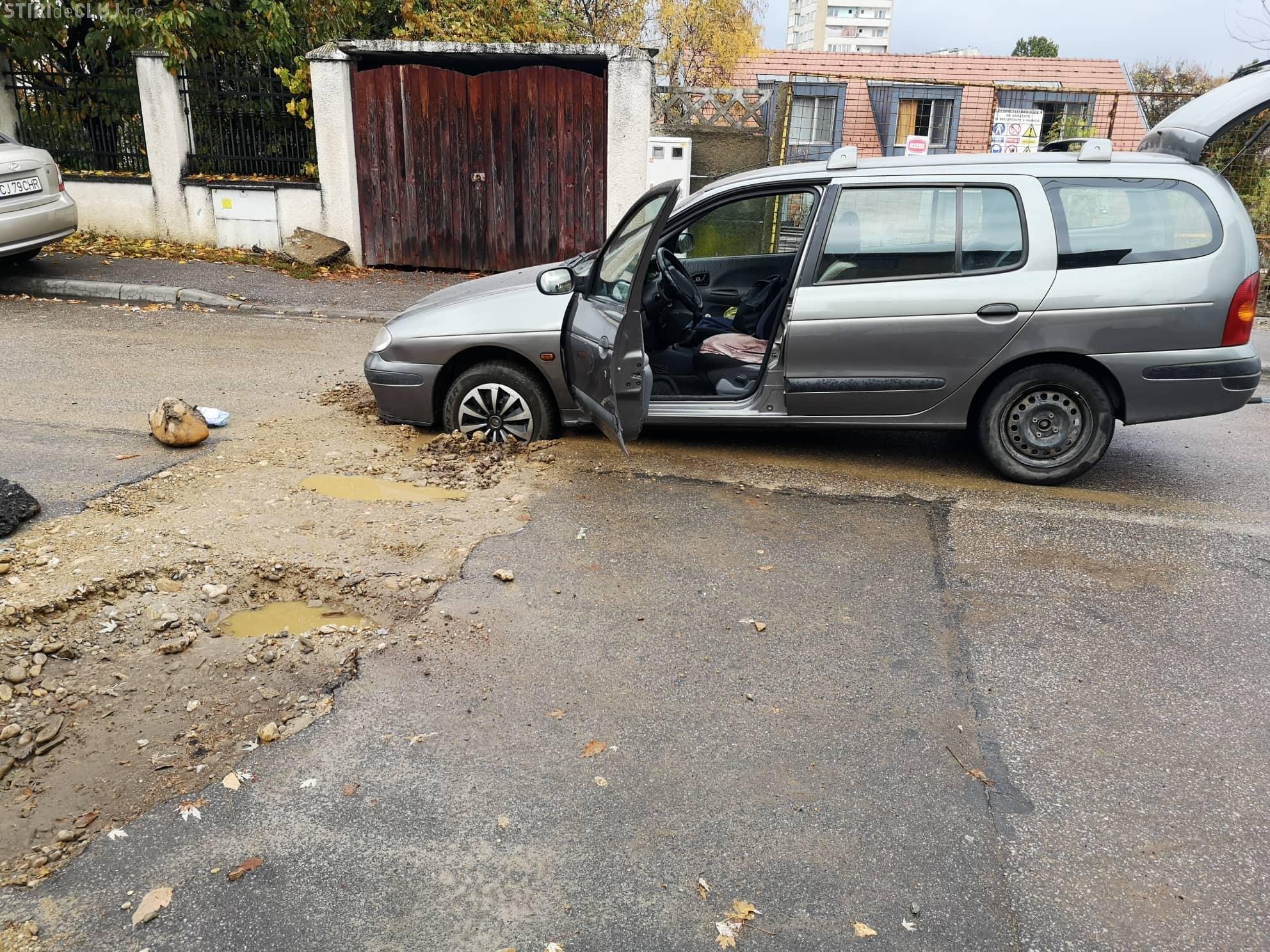 Dorel a lucrat pe strada Horticultorilor / Brâncuși. Trei mașini blocate la rând într-un șanț - FOTO