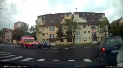 Șofer PRAF din Cluj! Râde Sibiul de el, după ce a intrat direct în fața unei ambulanțe SMURD - VIDEO