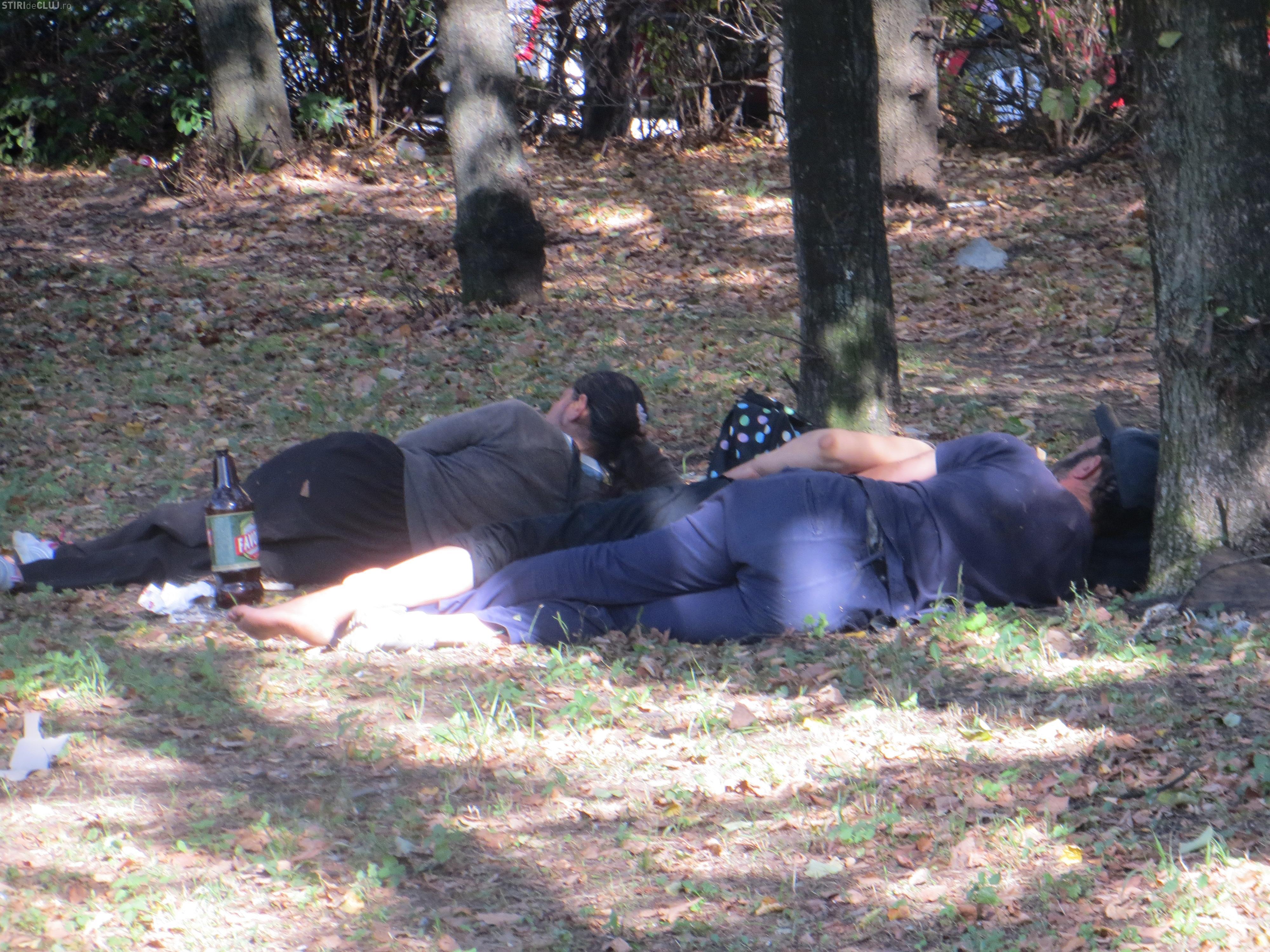 Gunoaie în parcul de copii din Gheorgheni. Un clujean susține că nimeni nu ia măsuri pentru a le ridica FOTO