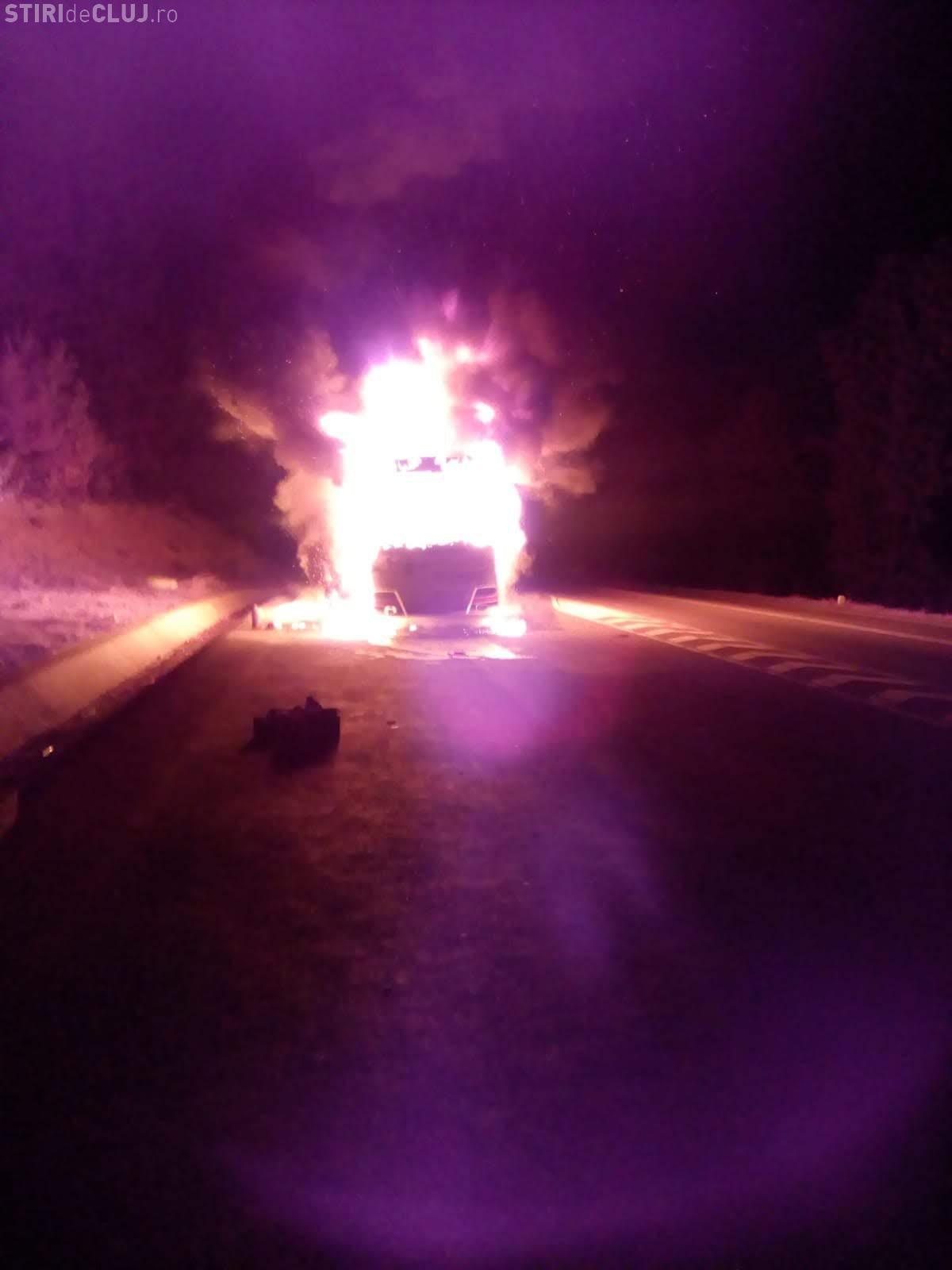 VIDEO - Un autocar a ars ca o torță pe centura Vâlcele - Apahida