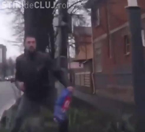 Pieton ghinionist, lovit în cap de un semn de circulație - VIDEO