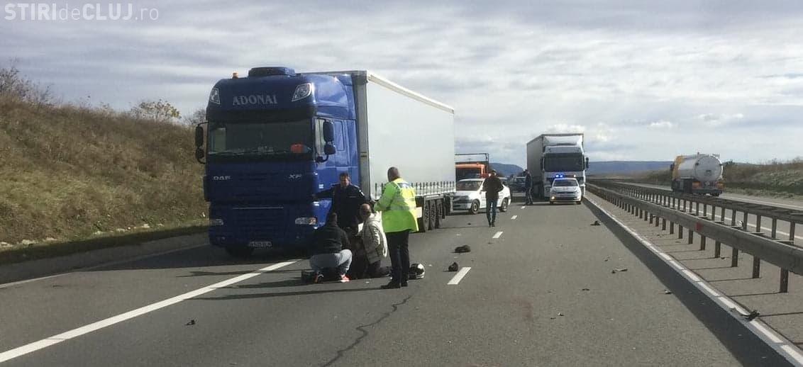 CLUJ: Accident grav, cu două victime, pe autostradă. Un motociclist a lovit un pieton care traversa neregulamentar FOTO