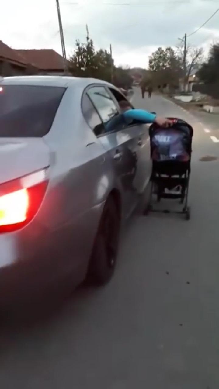 Părinte cocalar din România și-a plimbat bebeluş pe lângă maşina aflată în mers