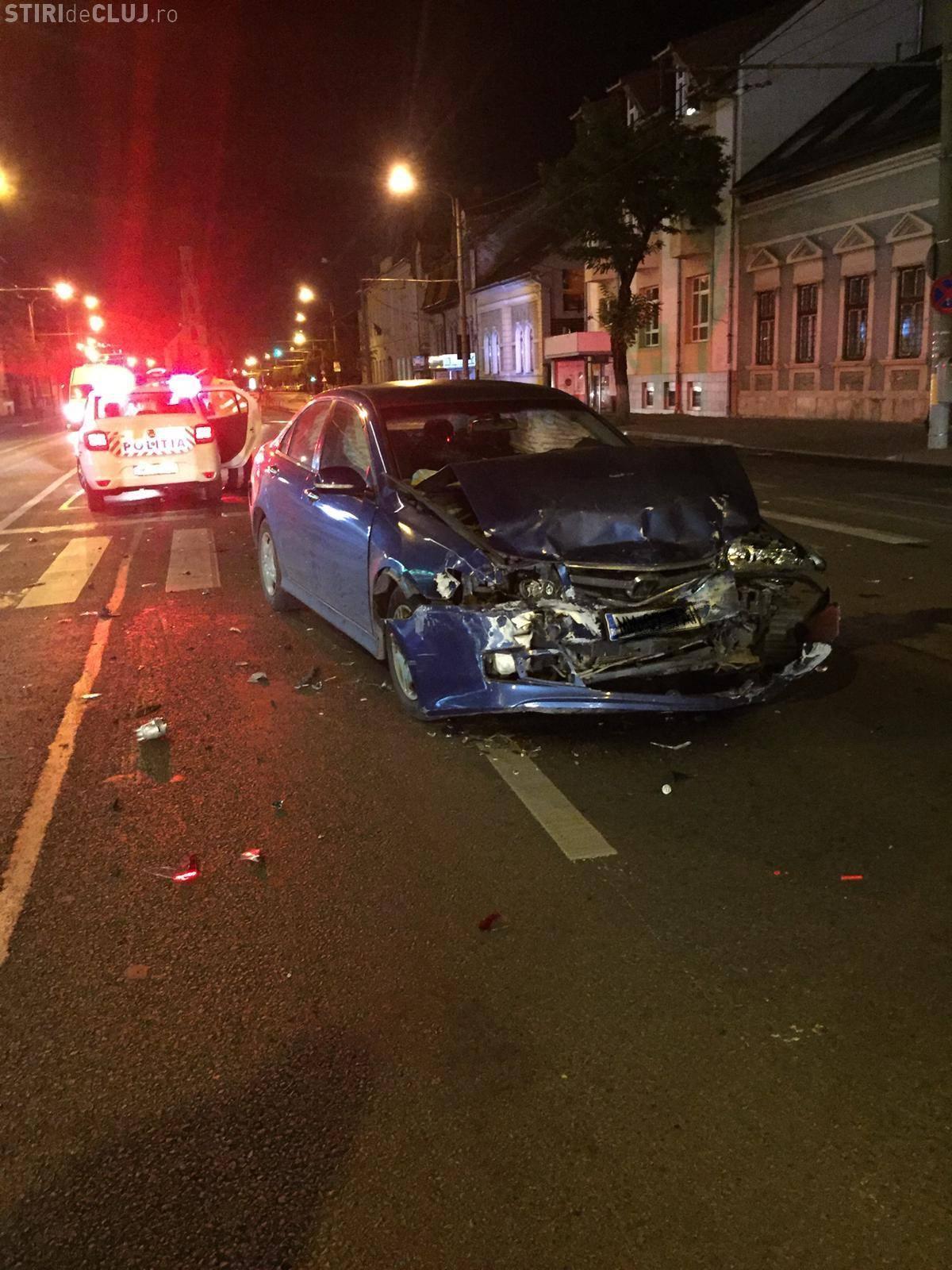Accident pe Bulevardul 21 Decembrie, la 5.40 dimineața. Erau singuri pe tot bulevardul - FOTO
