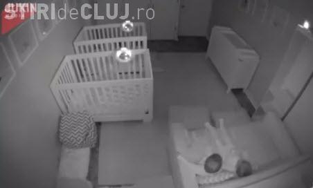 Super amuzant! Doi gemeni fac revoltă după ce părinții sting luminile - VIDEO