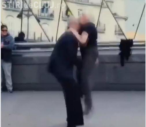 Bunicuța fostă dansatoare profesionistă le-a făcut o farsă turiștilor - VIDEO