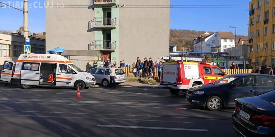 Accident grav pe Bulevardul Muncii. Un șofer a intrat cu mașina în stația de tramvai și a lovit două persoane de pe trotuar FOTO