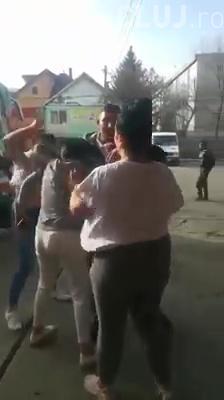 Bătaie CRUNTĂ între fete în Autogara Năsăud. Nimeni nu intervine. Îi rupe părul din cap - VIDEO