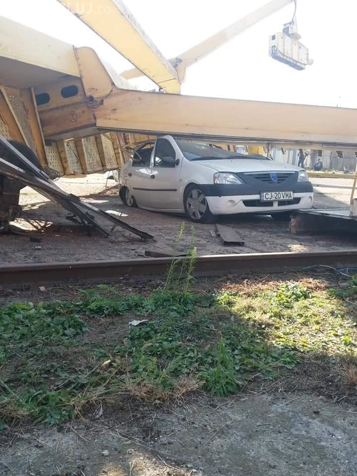 O macara prăbușită a făcut PRAF un autoturism. Totul a fost FILMAT - VIDEO