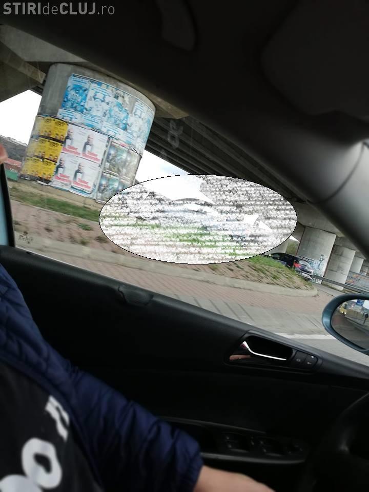 Cluj: Șoferul unui BMW a zburat peste un sens giratoriu. Ce surpriză a avut - FOTO