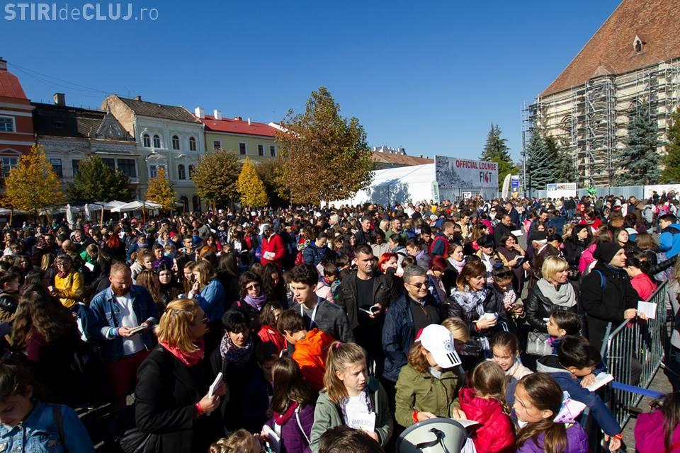 """""""Marea Lectură"""" de la Cluj nu a reușit să intre în Cartea Recordurilor. Aproape 4.000 de persoane au citit în Piața Unirii VIDEO"""
