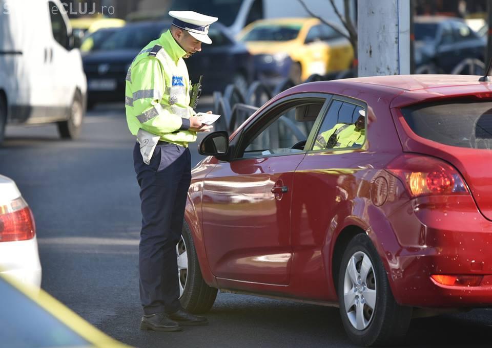"""Discuţie dintre un poliţist şi o şoferiţă: """"De ce nu purtaţi centura de siguranţă? - Pentru că mi-am pus silicoane"""""""