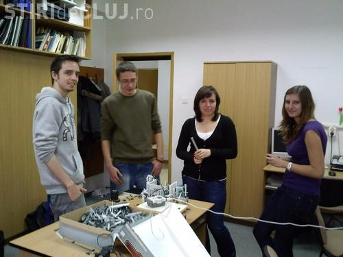 UBBots 2011: Studentii prezinta roboti care pun gresie, sterg praful sau sting incendiul - VIDEO