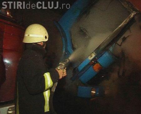 Un camion a luat foc pe autostrada Transilvania la 3 km de Turda in jurul orei 19.00